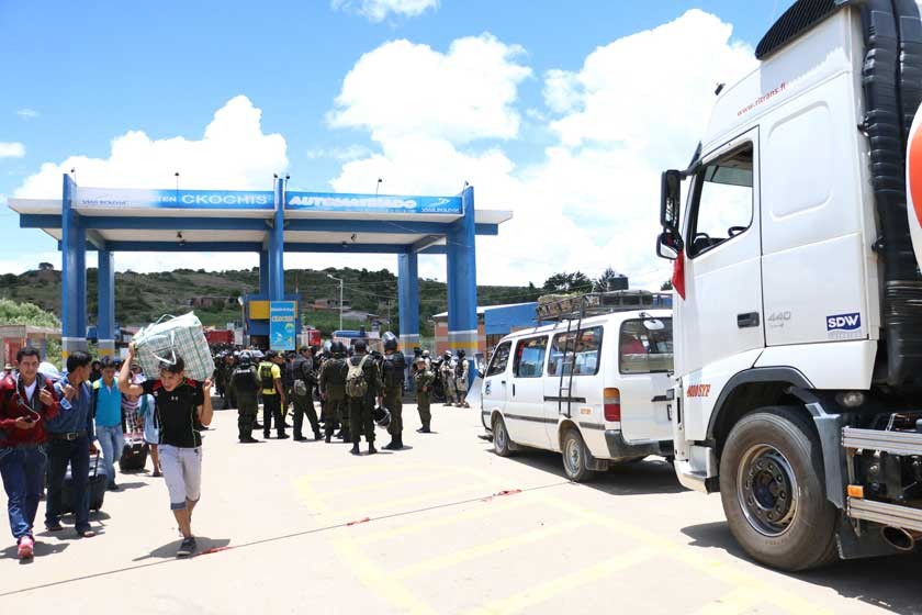 ODISEA. Los pasajeros caminaron varios kilómetros en busca de transporte.