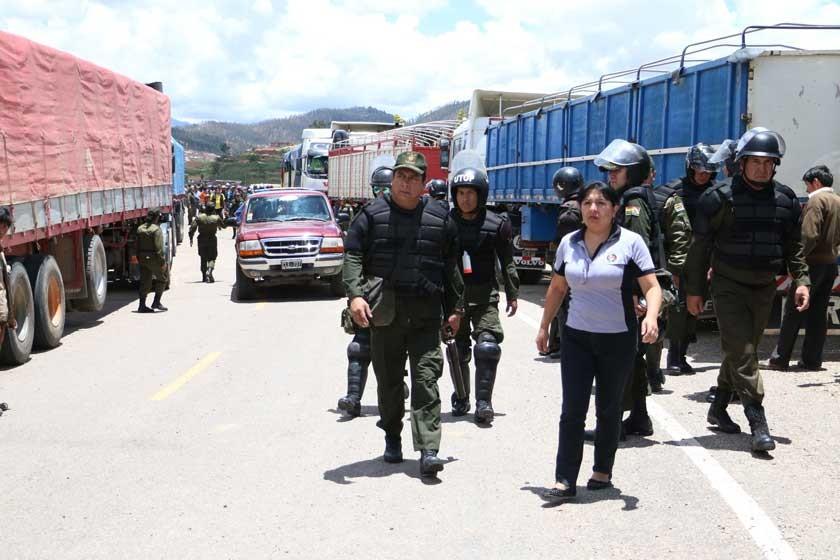 COMITIVA. El Comandante y la fiscal Bustillos encabezaron el operativo.