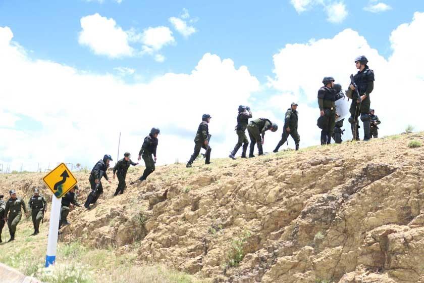ESTRATEGIA. Los uniformados rodearon a los bloqueadores.