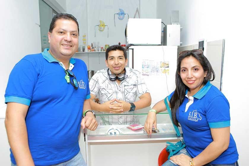 Alex Saravia, Rolando Caballero y Lilia Caballero.