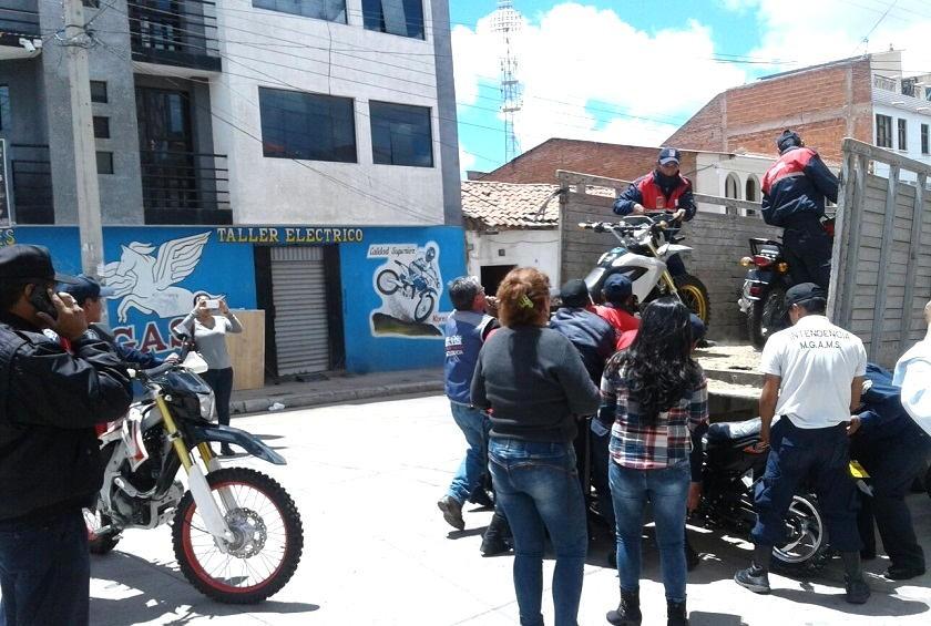 Este es el momento cuando decomisaban las motocicletas. Foto: Gentileza