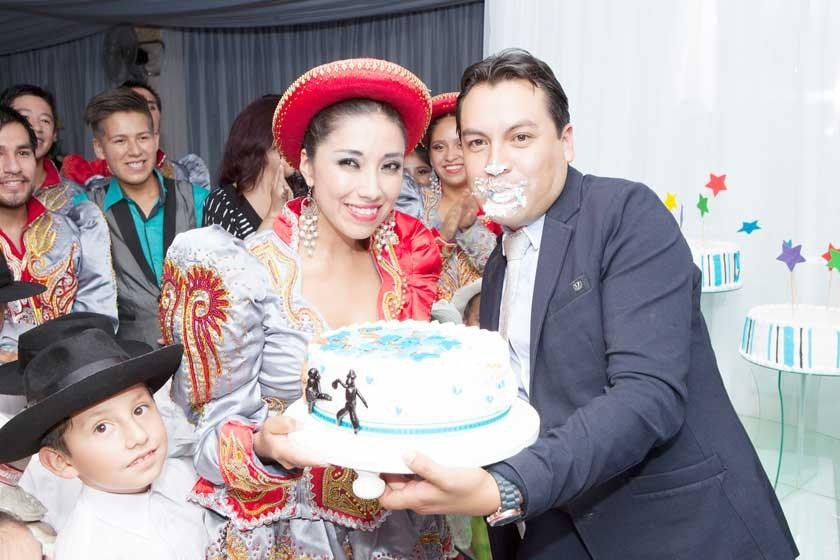 Edson Gil apaga la vela y muerde la torta.
