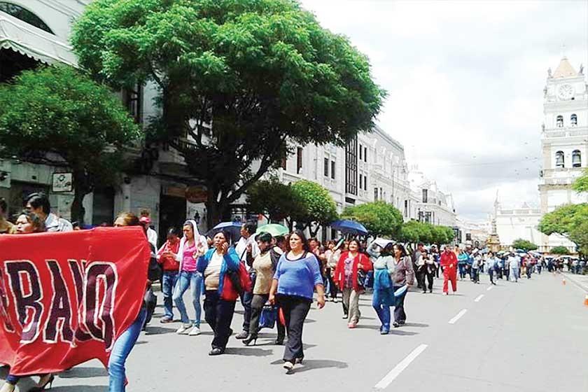 MOVILIZACIÓN. Hace unos diez días el Magisterio Urbano de Chuquisaca salió a las calles para expresar su disconformidad