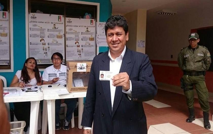 El alcalde Iván Arciénega tras emitir su voto. Foto: CORREO DEL SUR