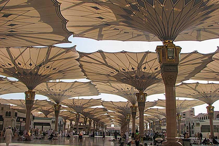 Las sombrillas gigantes en la mezquita Al-Masjid al-Nabawi protegen del inclemente sol a los peregrinos que se congregan