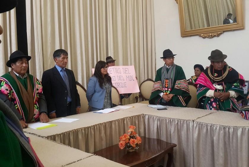 Autoridades originarias de Corque junto con los magistrados del TSJ. Foto: William Zola