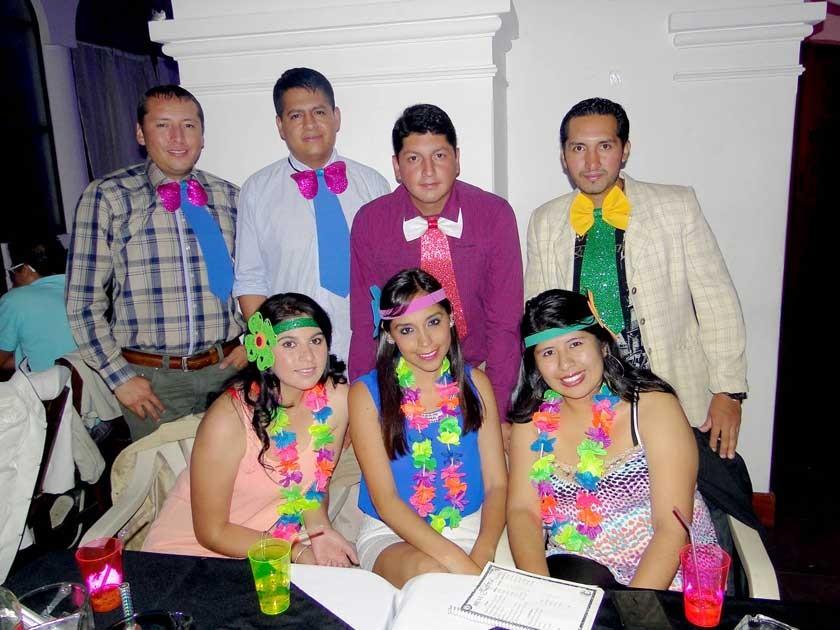 Marinel Sandoval Arciénega (Centro- abajo) celebró su cumpleaños al lado de sus amigos.