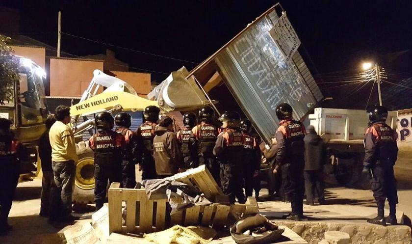 Retiraron varias casetas con la ayuda de maquinaria pesada. Foto: Gentileza