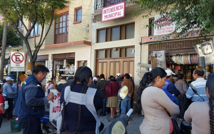 Los comerciantes protestan en las oficinas de la Intendencia Municipal. Foto: César Vale