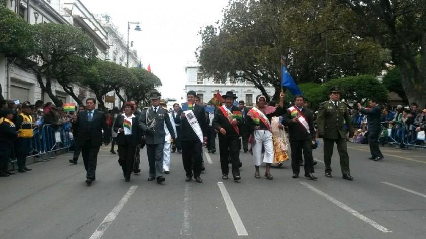 Las autoridades encabezaron el desfile en la plaza 25 de Mayo. Foto: Dayana Martínez