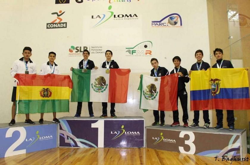 Bernardo Valencia y Fernando Ruiz (i) posan en el podio tras la premiación. Foto: Gentileza