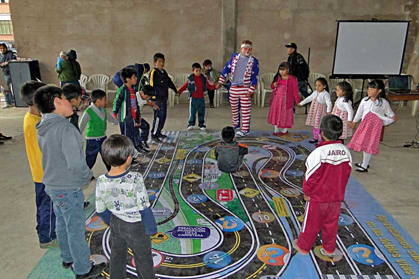Los niños disfrutando del show de payasitos.