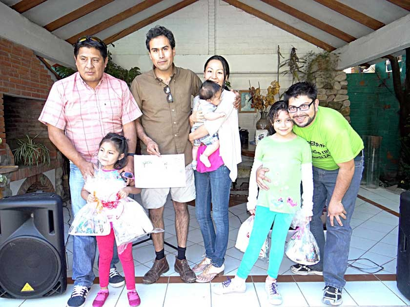 Las dos ganadoras del concurso junto a sus papás y a los organizadores, Alejandro Pereyra y Emy Castillo.