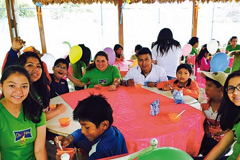 Natalia Ledezma, Sthefany Murillo, Janeth Carvallo,  Voluntario de AIESEC, Nicol Murillo junto a los niños.