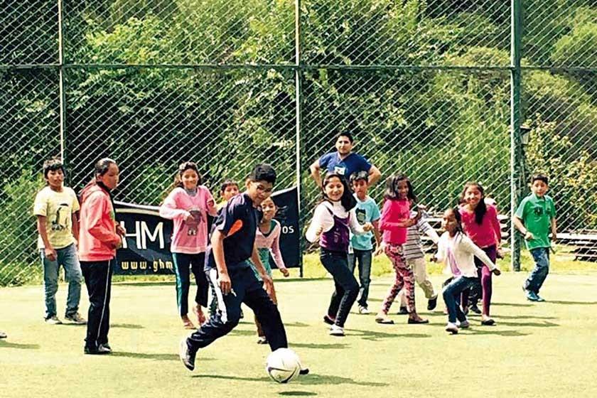 Los niños disfrutando de un partido de futbol.