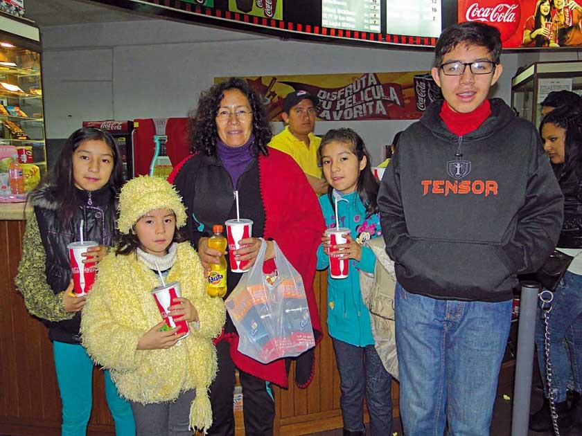 Carol, Nicole, María, Vanessa y Felipe.