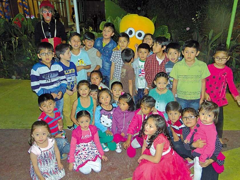 Juan Daniel Ortuño junto a sus compañeritos de curso y el payasito Toy Toy.