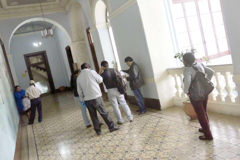 La Gobernación despide a unos 80 funcionarios por decisión política