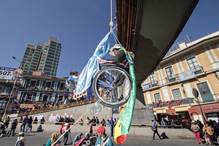 La Paz. Personas con discapacidad se colgaron en sus sillas de ruedas de la pasarela de la calle Pérez Velasco