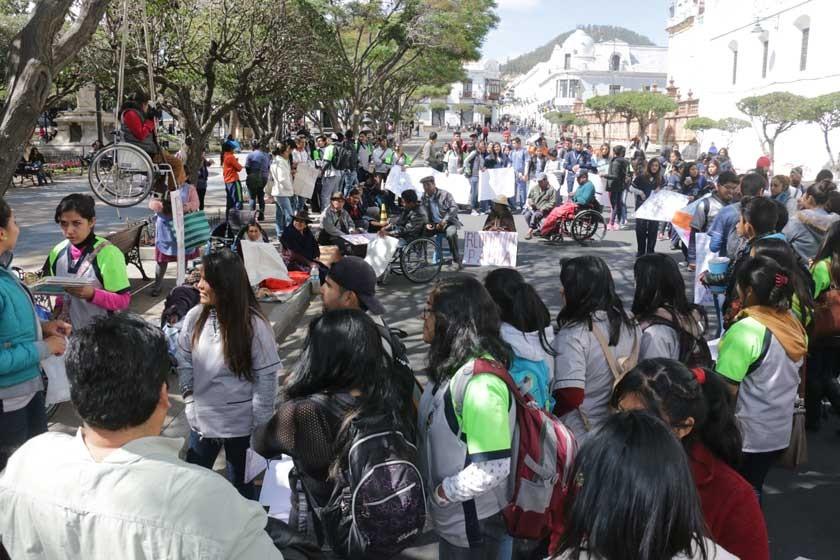 SUCRE. La vigilia de la plaza 25 de Mayo bloqueó calles y logró respaldo de universitarios.