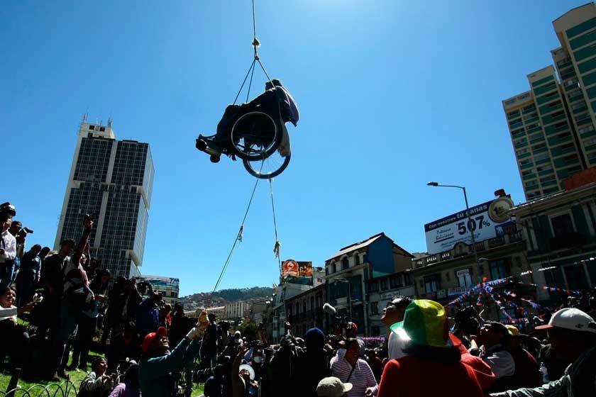 PROTESTA. Una persona en silla de ruedas logró colgarse de la pasarela de la calle Pérez Velasco en La Paz, ayer.