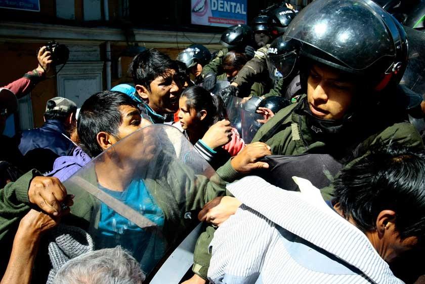 LA PAZ. Los marchistas nuevamente tuvieron roces con los efectivos del orden.