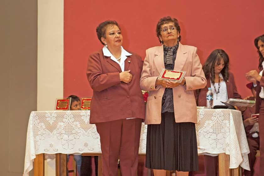 La directora entrega  un reconocimiento a Ely Felicidad Poppe.