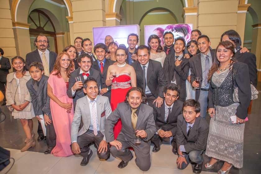 El equipo de Alucine Producciones junto a los actores.