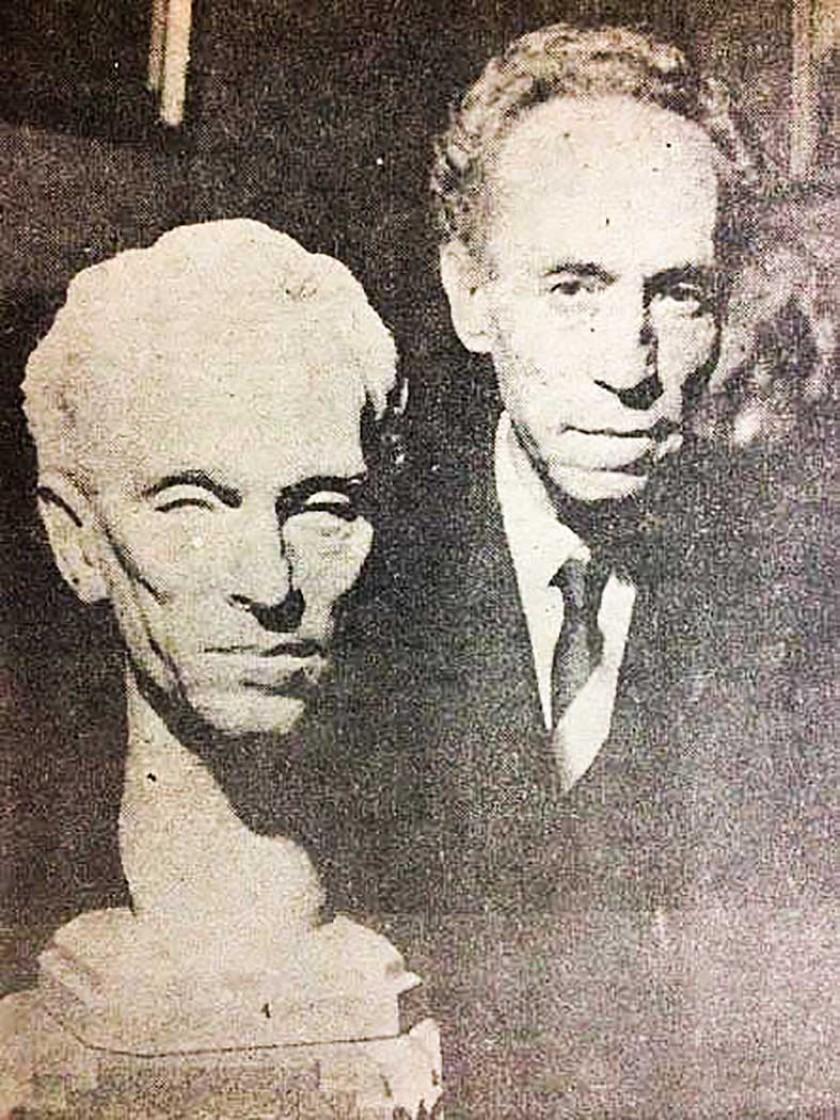 Gregorio Reynolds, uno de los grandes poetas bolivianos, posa junto a un busto hecho en su honor cerca del final