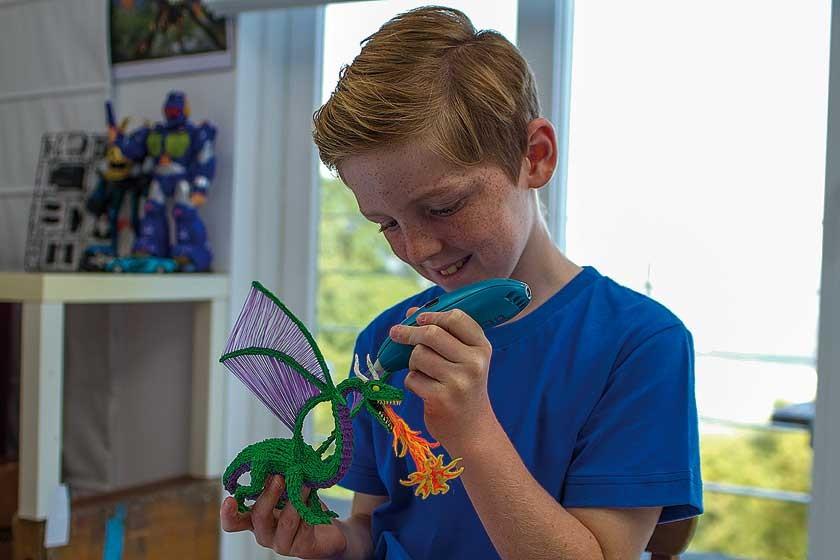 Un niño fabricando un dragón con la pluma mágica.
