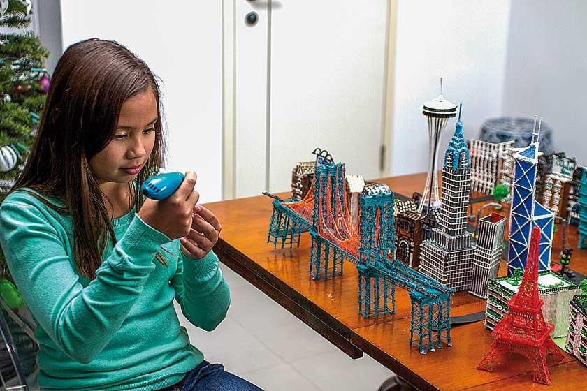 Una niña haciendo múltiples creaciones a partir del bolígrafo en 3D.