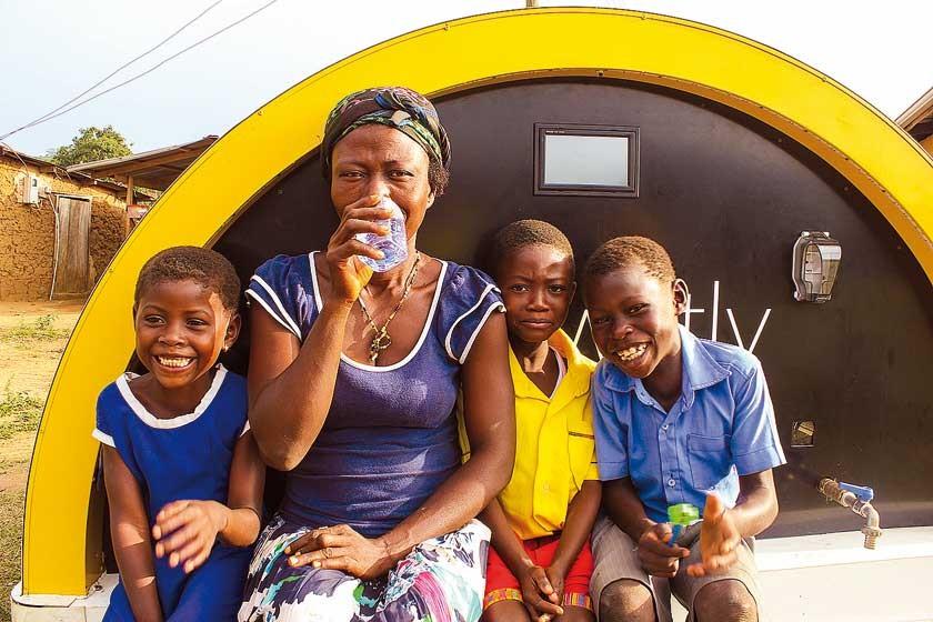 Una familia consumiendo agua gracias a la Watly 2.0 construida en Ghana.