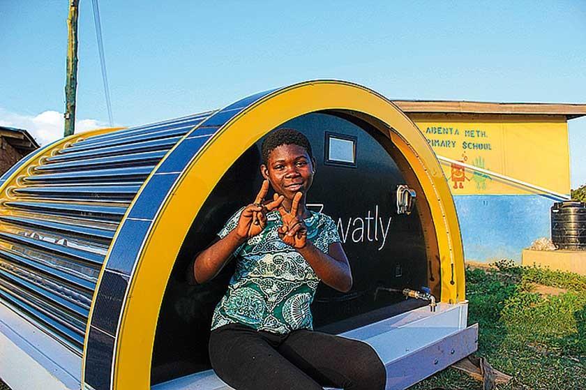 Detalle de un joven de Ghana ante la Watly 2.0 construida en Ghana con excelentes resultados.
