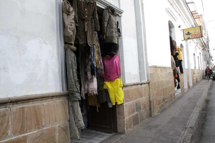 Dos tiendas de prendería usada en pleno casco histórico de Sucre. CAPITALES