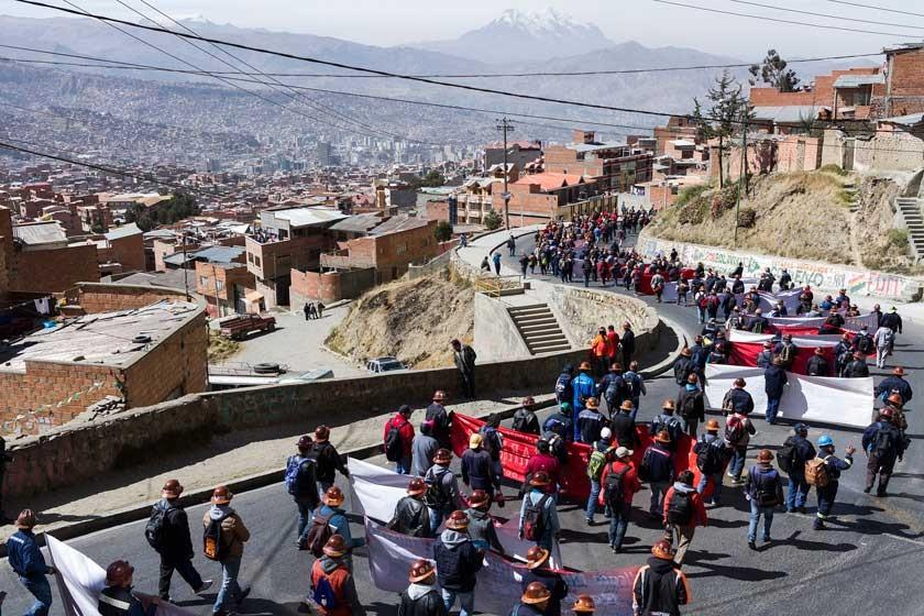 PROTESTA. La COB marcha en La Paz, con dinamita en mano, en rechazo al cierre de ENATEX.