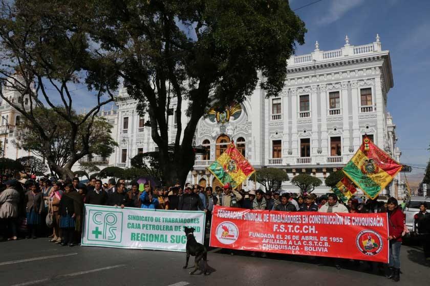 MARCHA. A convocatoria de la COD, trabajadores tomaron ayer las calles del centro de Sucre.