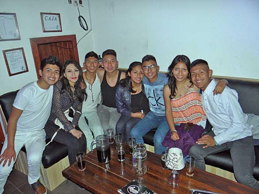 Adrian Medina (primero derecha) festejó su cumpleaños al lado de sus mejores amigos.