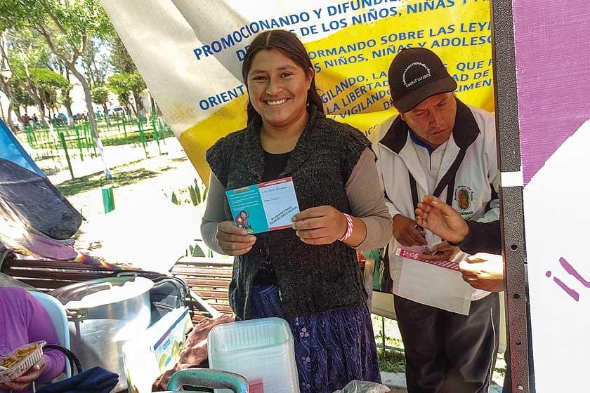 """Entrega de carnets en la original """"Campaña de Vacunación contra la Violencia"""", realizada en la localidad de Tarabuco."""