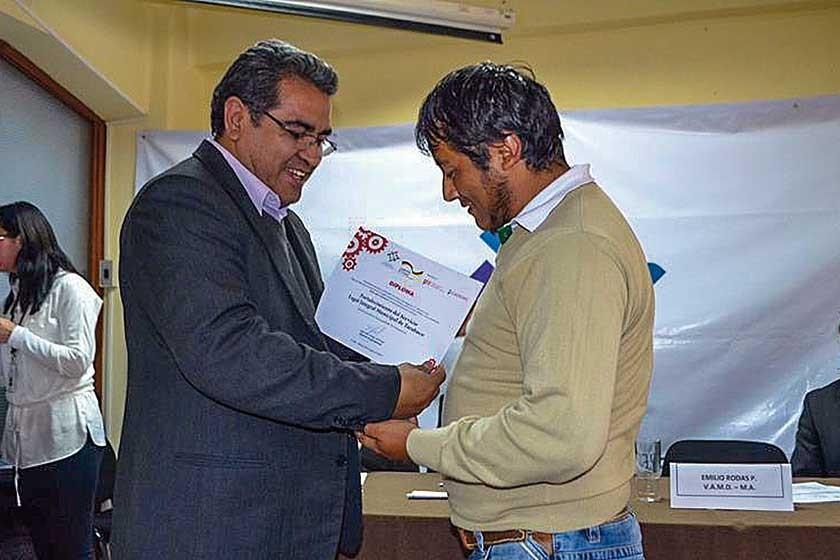 El Alcalde de Tarabuco recibe el diploma del Viceministro de Autonomías Departamentales y Municipales en La Paz.