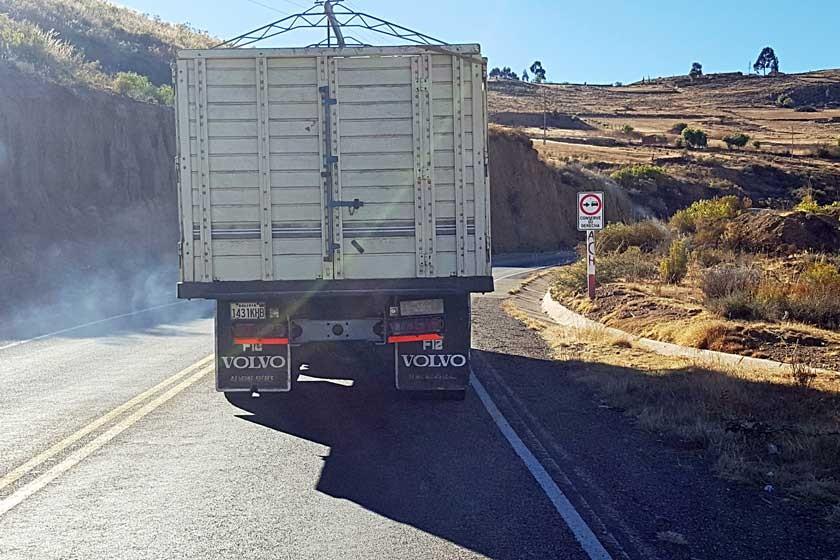 INCOMODIDAD. Por esta carretera circulan camiones y buses a velocidades bajas bloqueando a conductores que van