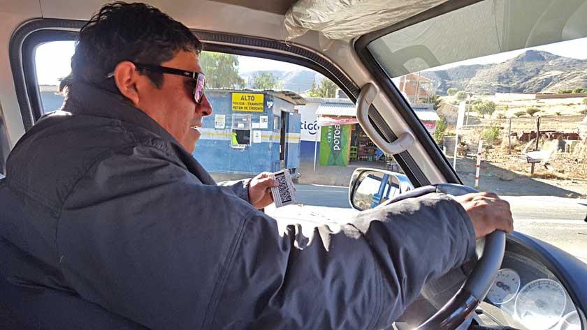 RETÉN. Conductores deben bajar de vehículo para presentar sus documentos.