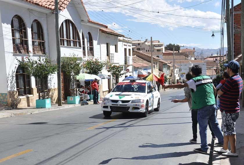 EL piloto cruceño José Rendón por las calles de Sucre.