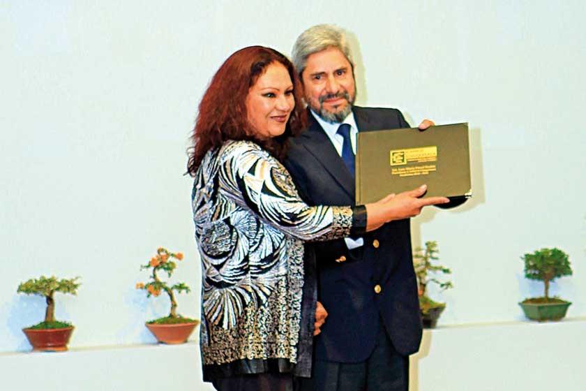 Sussy de Lagrava otorgó un reconocimiento al past presidente Luís María Porcel.