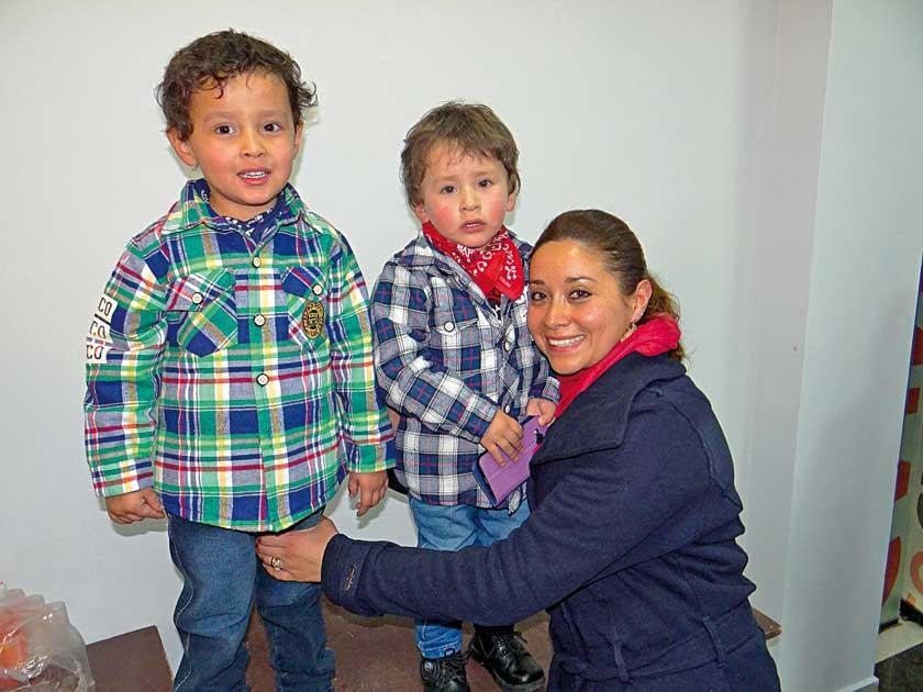 Emanuel y Caleb Torrez Careaga junto con su mamá,  Ruth Careaga.