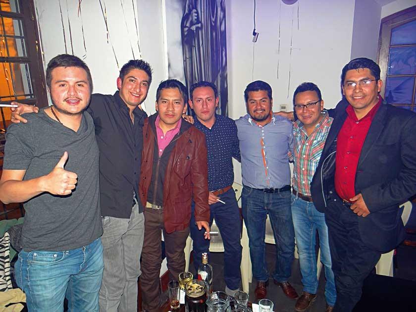 Bladimir Rivamontan (segundo derecha) celebró su cumpleaños juntos con sus amigos.