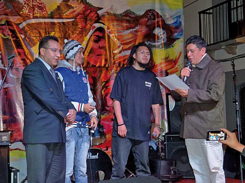 Kaypi Rap recibiendo el reconocimiento del alcalde Iván Arciénega