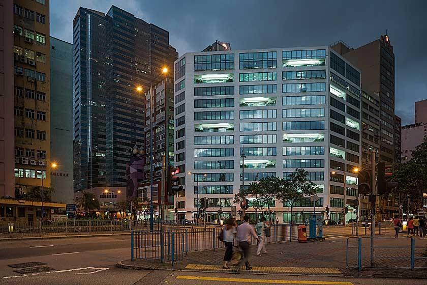 Fachada del edificio de oficinas traslúcido ubicado en el número 133 de la calle Wai Yip de Hong Kong (China)