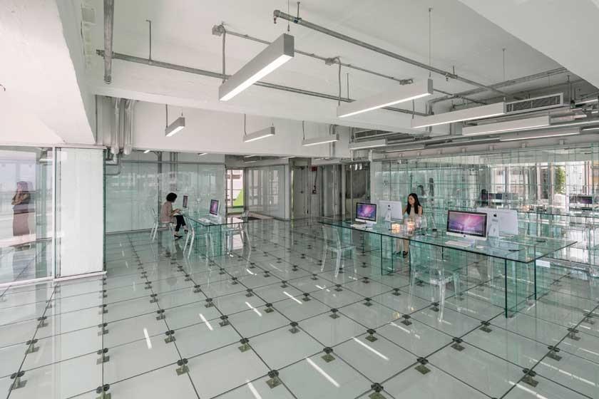 Ubicada en el número 133 de la calle Wai Yip de Hong Kong (China)está la oficina de cristal con líneas puras y simples
