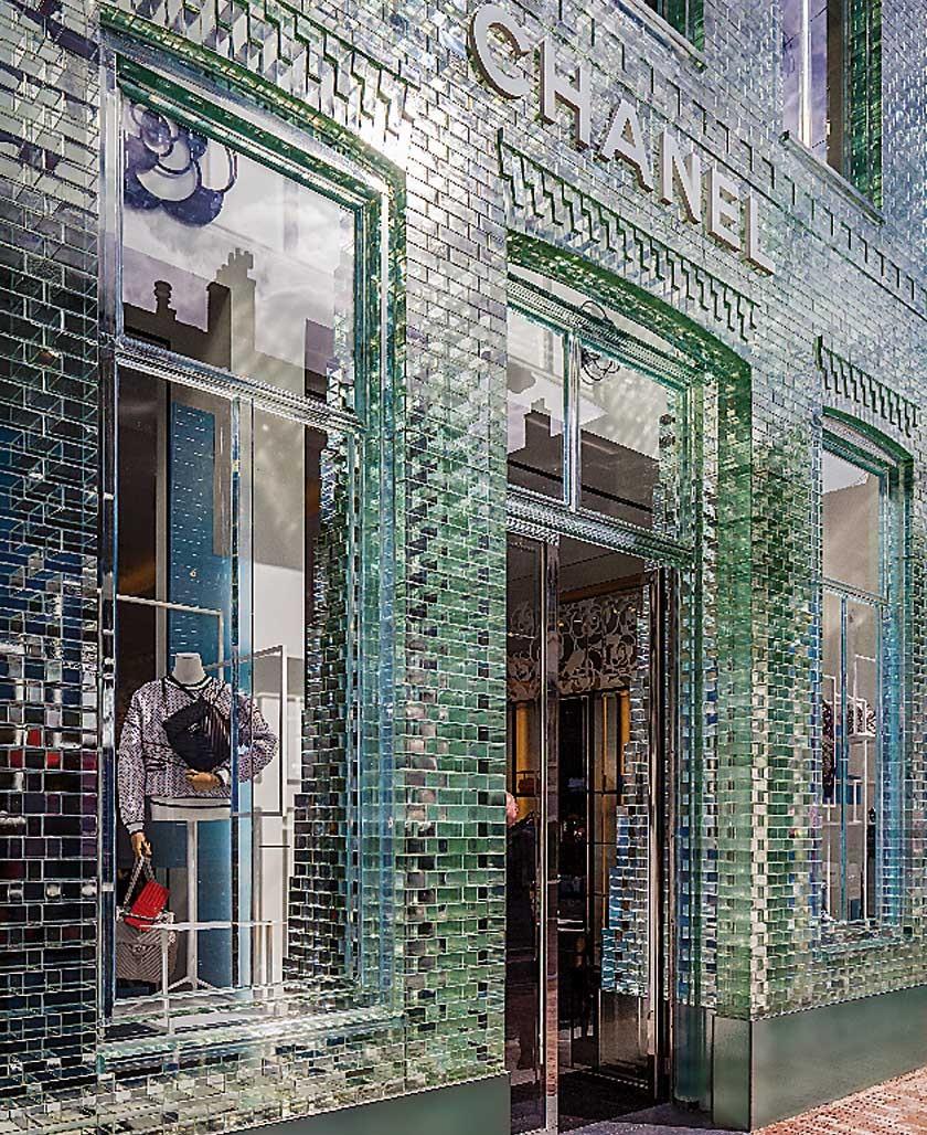 Tienda de Chanel en  una calle de Ámsterdam (Holanda) en la que la fachada es de ladrillos de cristal.