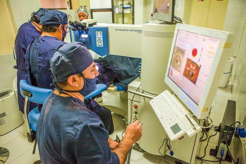 Los oftalmólogos, Freddy Guerra, Manuel Camargo y Fernando Arapa, en una de las intervenciones quirúrgicas en la clínica